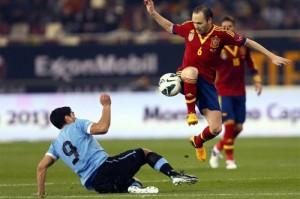Iniesta se lleva un balón ante Luis Suárez. FOTO:www.altaspulsaciones.com