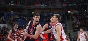 Nocioni, defendido por un jugador del CAI. FOTO:www.noticiasdealava.com