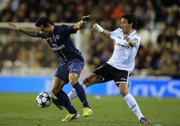 Lavezzi intenta controlar ante Parejo. FOTO:www.elcorreo.com