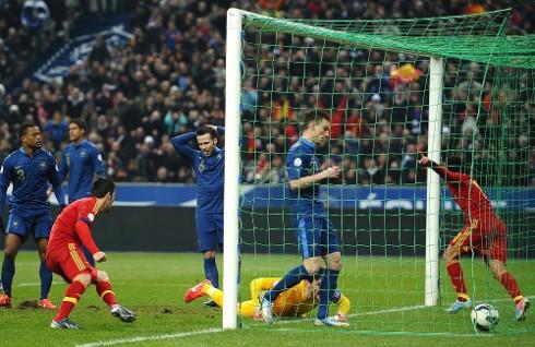 Momento en el que Pedro marca el 0-1 para España. FOTO:www.diariodenavarra.es