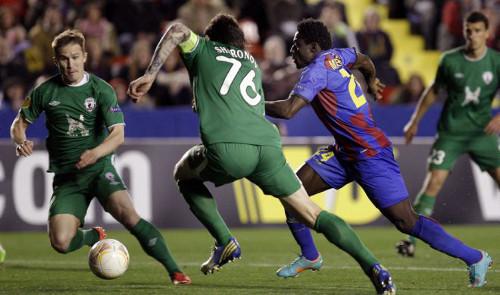 Martins, rodeado por jugadores del Rubin Kazan. FOTO:www.eldia.es