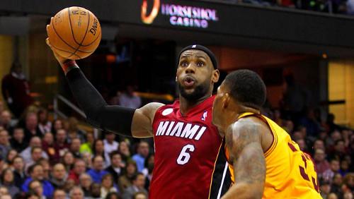 LeBron James, marcado por un jugador de Cleveland. FOTO:www.liderendeportes.com
