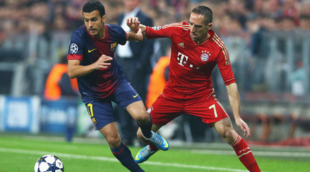 Pedro conduce el balón ante Ribery. FOTO:go.sky.com