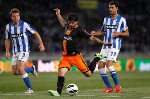 Banega dispara ante la oposión de Illarramendi y Xabi Prieto. FOTO:www.nostresport.com