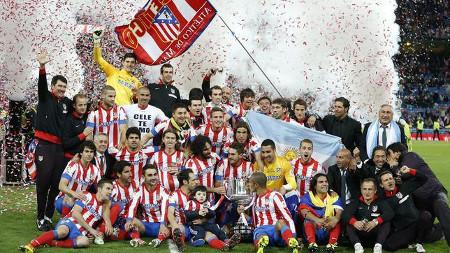 La plantilla del Atlético, con la Copa. FOTO: www.abc.es