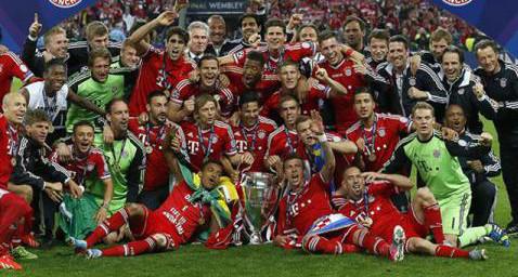 La plantilla del Bayern posa con la Copa de Europa.