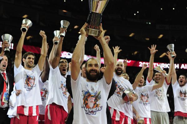 Spanoulis levanta la 3ª Euroliga conquistada por Olympiacos. FOTO:www.zoomnews.es.