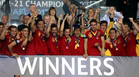 Los jugadores españoles, con la Copa. FOTO:lavanguardia.com