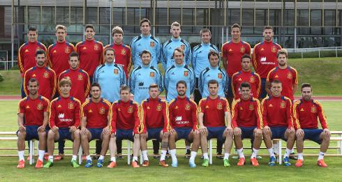Los 23 jugadores y el cuerpo técnico de la selección sub'21. FOTO:elenganche.es