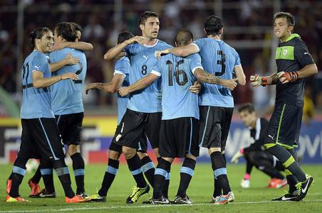 Varios jugadores uruguayos celebran una victoria.