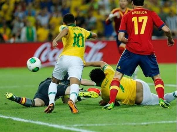 Momento en el que Fred marca el 1-0 para Brasil.