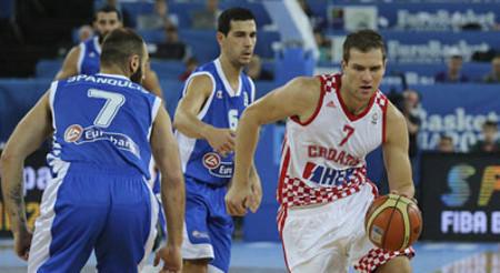 El croata Bogdanovic bota el balón en el Croacia-Grecia