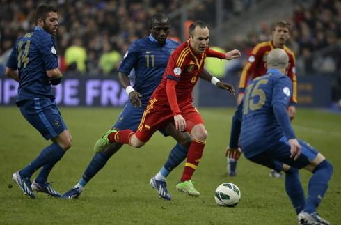 Iniesta, rodeado de varios jugadores franceses.