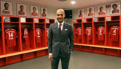 Pep Guardiola posa en el vestuario del Bayern Munich