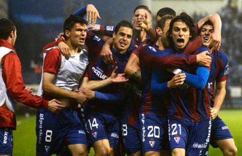 Varios jugadores del Eibar celebran el ascenso a Primera.
