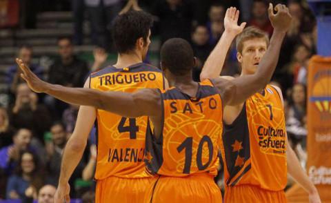 Los jugadores del Valencia Basket Triguero, Sato y Doellman celebran una canasta.