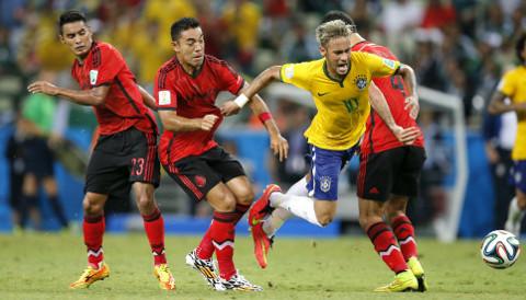 Neymar, obstaculizado por la defensa de México. FOTO: EFE