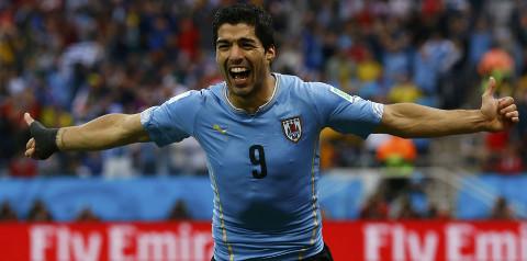 Luis Suárez celebra uno de sus goles a Inglaterra. FOTO: depor.pe/Reuters