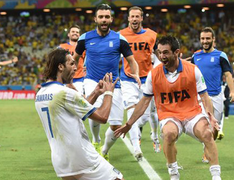 Los griegos celebran el gol que les clasificó para los octavos de final. FOTO:elbocon.pe