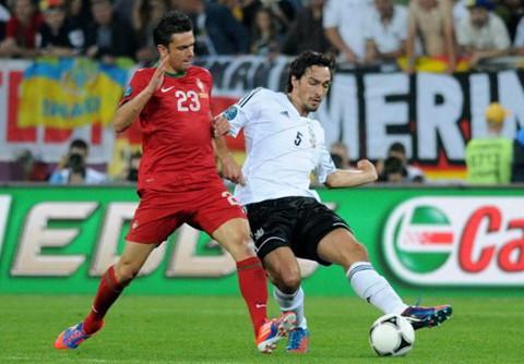 El defensa alemán Hummels corta un balón en la pasada Eurocopa 2012. FOTO:commons.wikimedia.org