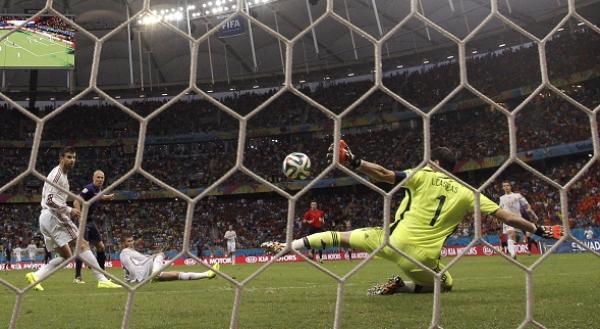 Instante en el que Robben marca el 1-2. FOTO:LAPRENSA/EFE