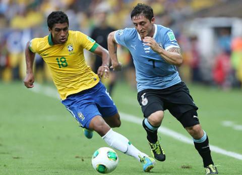 Paulinho pelea por un balón durante un partido de Brasil. FOTO: EFE