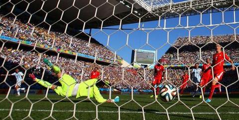 Momento del gol de Di María a Suiza. FOTO:altaspulsaciones.com