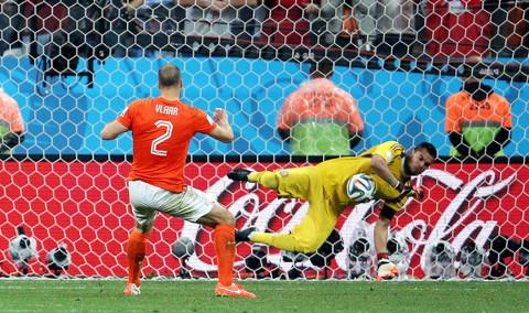 Romero detiene el penalti del holandés Vlaar. FOTO: Getty