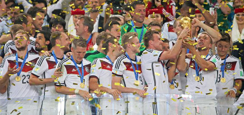 Los jugadores alemanes se pasan la Copa.