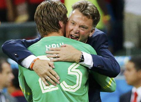Van Gaal felicita a Krul tras la tanda de penalties. FOTO: Reuters/Heraldo.es