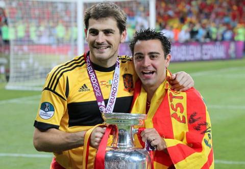 Casillas y Xavi posan con el trofeo de la Eurocopa 2012