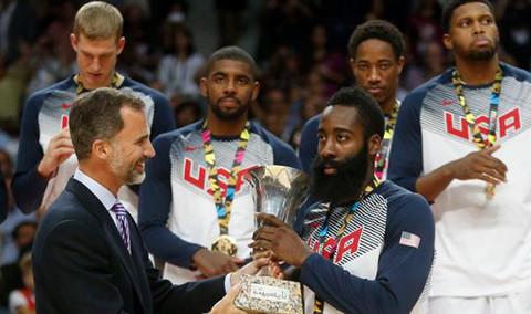 Harden (EE.UU) recibió la Copa de campeón de manos del rey Felipe VI.