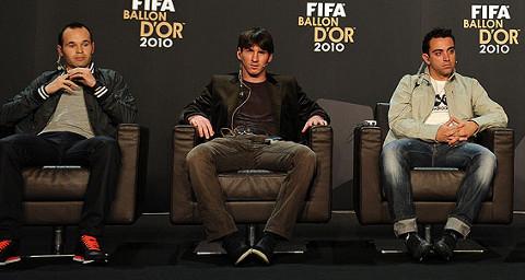 Los barcelonistas Iniesta, Messi y Xavi coparon el podio del Balón de Oro 2010.