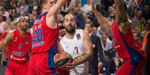 Spanoulis, rodeado de jugadores del CSKA Moscú.