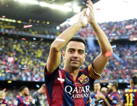 Xavi aplaude durante su acto de despedida.