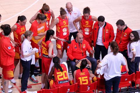 La selección femenina de baloncesto, durante un tiempo muerto.