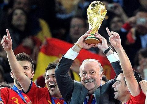 Vicente del Bosque levanta la Copa del Mundo en 2010.