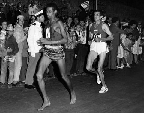 Abebe Bikila, durante el maratón de los JJ.OO de Roma 1960.