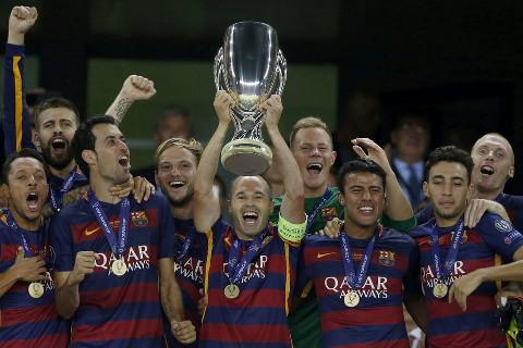 Iniesta recogió la 5ª Supercopa europea del Barça