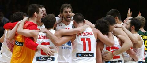 Los jugadores de España celebran el título.