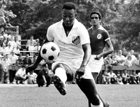 Pelé, durante un partido con su club, el Santos.