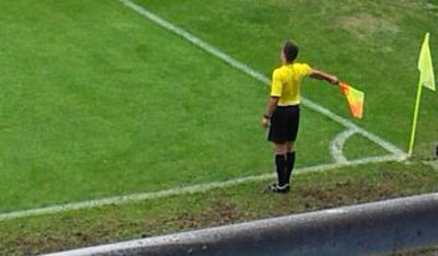 Un árbitro asistente, durante un partido