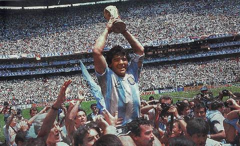 Maradona levanta la Copa Mundial en 1986.