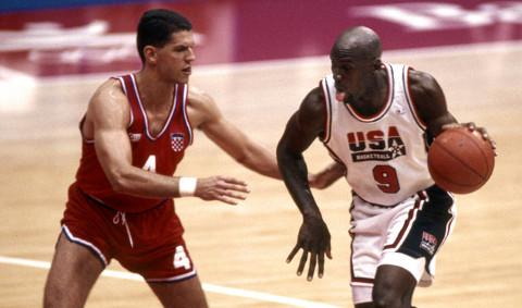Jordan, de blanco, junto a Petrovic en los JJ.OO de Barcelona 1992.