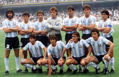 Maradona, de pie a la derecha, con la selección